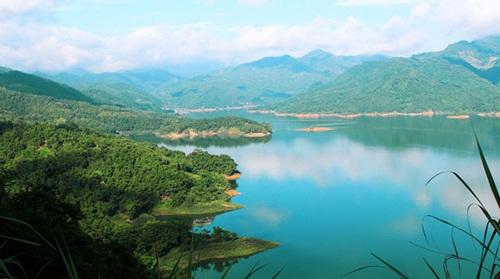 Ba Khan – a miniature Ha Long Bay hidden in the mainland hills