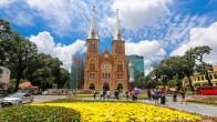 Du khách thích thú vường hoa trước nhà thờ Đức Bà ở Sài Gòn