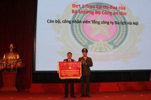 """Hanoitourist nhận cờ thi đua """"Đơn vị thi đua xuất sắc phong trào toàn dân bảo vệ An ninh tổ quốc 2018"""""""